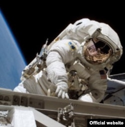 Місія STS-115 Стефанишин-Пайпер у відкритому космосі. NASA 14 вересня 2006 року