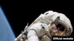 Астронавт Хайдемари Стефанишин-Пайпер (Heidemarie Stefanyshyn-Piper) работает в открытом космосе. Фото NASA