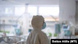 Ápoló a fehérgyarmati kórház koronavírus-osztályán 2021. április 2-án