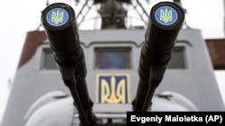 Ukraina Silâlı quvetleri Arbiy deñiz quvetleriniñ kateri Mariupol limanında, 2018 senesi dekabrniñ 3-ü