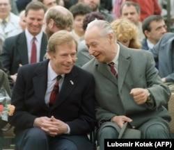 'Definitvno su Dubček i Havel međusobno obećavali jedan drugom podršku. U jednom trenutku je Dubček bio u Pragu i saglasio se da bude drugi najvažniji čovek u državi, ali se na putu za Bratislavu predomislio i nazvao telefonom Havelov tim da im to kaže. Obojica su se neodgovorno ponašala.' (na fotografiji Havel i Dubčke 1990. godine)