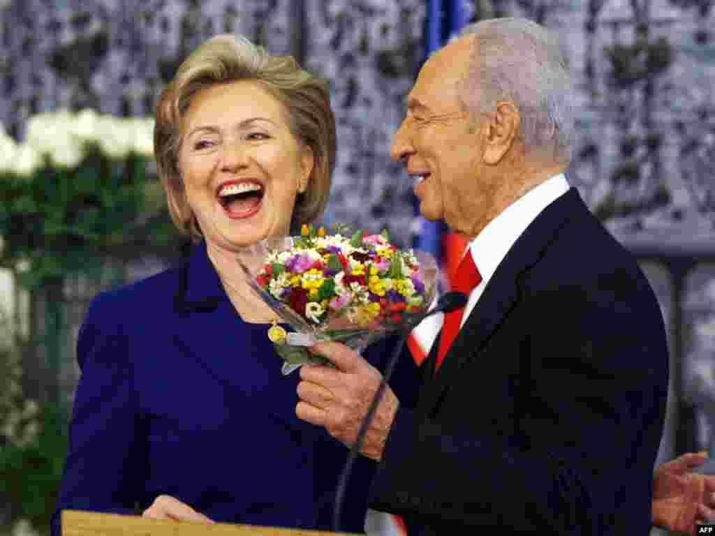 Президент Израиля Шимон Перес встречает госсекретаря США Хиллари Клинтон. Хиллари Клинтон прибыла в Израиль, продолжая свою первую на этом посту поездку по Ближнему Востоку (AFP)