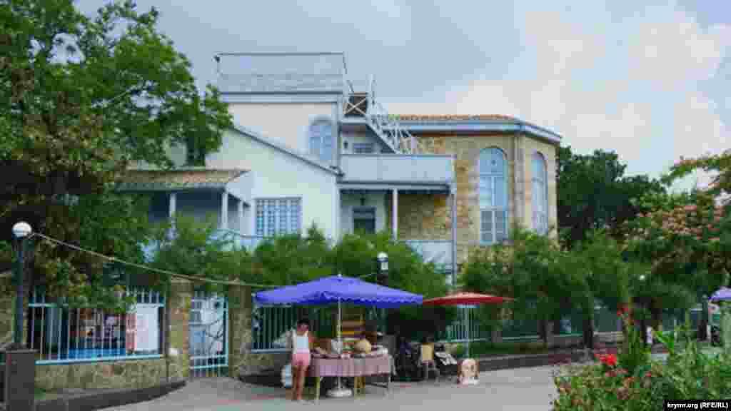 Набережна біля будинку-музею поета й художника Максиміліана Волошина. У жарку пору дня вона пустує, адже відпочивальники або на морі, або на екскурсіях