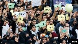 Իրան - Ֆրանսիայի դեսպանատան դիմաց բողոքի ցույցի մասնակիցները «Ես սիրում եմ Մուհամեդին» գրությամբ պաստառներ են պարզել, Թեհրան, 19-ը հունվարի, 2015թ․