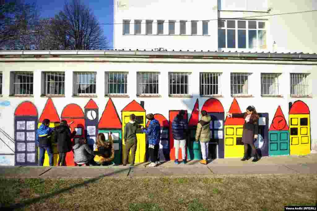 """Učenici Osnovne škole """"Filip Kljajić"""" u Beogradu slikaju mural. U oslikavanju su učestvovali đaci od petog do osmog razreda, a u pomoć su im priskočili i nastavnici i roditelji."""