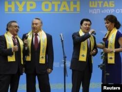 """Парламент сайлауында """"Нұр-Отан"""" партиясының жеңіске жету құрметіне Қазақстан президенті Нұрсұлтан Назарбаев (солдан санағанда - екінші) пен оның қызы Дариға Назарбаева (төртінші) ән айтып тұр. Астана, 16 қаңтар 2012 жыл."""