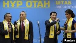 Президент Казахстана Нурсултан Назарбаев (второй слева) поет с активистами партии «Нур Отан», справа стоит его старшая дочь Дарига Назарбаева. Астана, 16 января 2012 года.