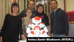 Группа хорватских ученых, работающих над проектом улучшения диагностики детей с расстройством аутистического спектра, и робот Рене. Загреб, 13 января 2014 года.