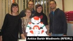 Grupa znanstvenika sa robotom Reneom