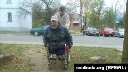 Дарога ў суд для інваліда. Трапіць у будынак дапамагалі мінакі