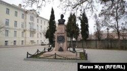 Памятник матросу Кошке на улице Героев Севастополя