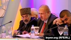 Голова Меджлісу Рефат Чубаров (у центрі) веде засідання Всесвітнього конгресу кримських татар, Анкара, 1 серпня 2015 року