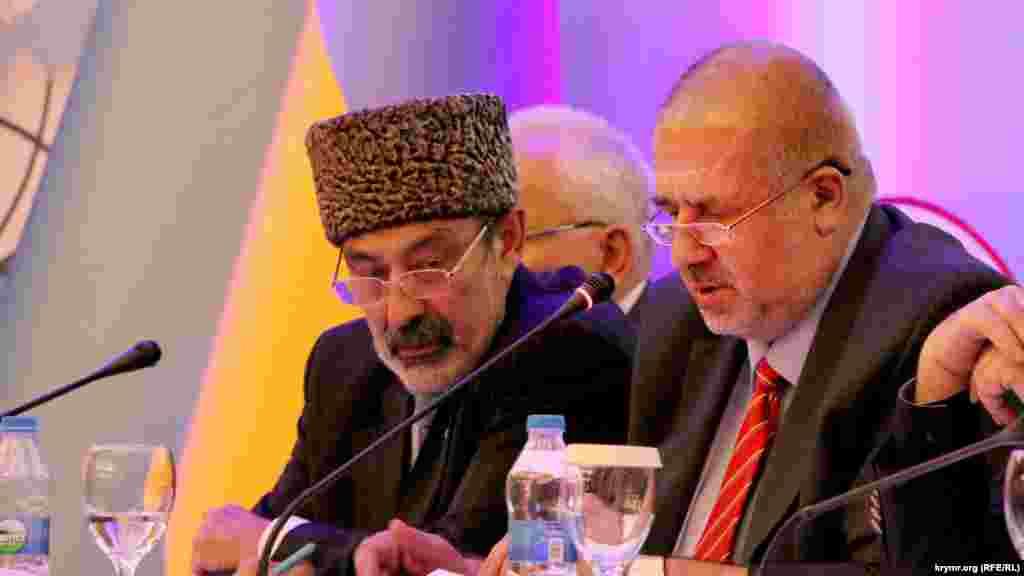 1-2 серпня 2015 року в столиці Туреччини Анкарі проходив II Всесвітній конгрес кримських татар, який не змогли провести на півострові через переслідування російськими спецслужбами кримськотатарських активістів. На фото – члени президії Алі Озенбаш (зліва) і Рефат Чубаров