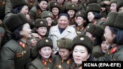 کیم جونگ اون، رهبر کره شمالی، در میان نظامیان این کشور.