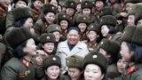Түндүк Кореянынлидери Ким Чен Ын өлкөнүн түштүк-батышында жайгашкан Корея элдик армиясынын базасындагы 5492 аялдар ротасынын мүчөлөрү менен сүрөткө түшүүдө.