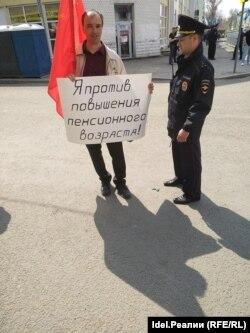 Полиция отбирает плакат перед демонстрацией в Самаре