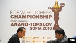 Веселин Топалов и Вишванатан Ананд за шахматной доской. София, апрель 2010 г.