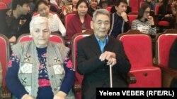 Ахико Тецуро, бывший узник Карлага (справа), и его жена Елена Тецуро смотрят спектакль «Ахико из Актаса», рассказывающий о его судьбе. Караганда, 25 ноября 2016 года.