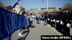 """Protest prostalica desničarskih pokreta pod sloganom """"Kosovo je Srbija"""" (arhivska fotografija, Beograd, 26. april 2013)"""