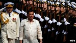 "Филиппин президенті Родриго Дутерте ресейлік ""Адмирал Трибуц"" әскери кемесінде. Манила, Филиппин, 6 қаңтар 2017 жыл."