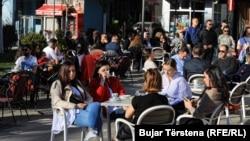 Кафуле во Приштина полно со гости пред откривањето на првите случаи во земјата