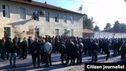 Оппозиция өкілдері соты өтіп жатқан ғимарат маңына жиналғандар. Әзербайжан, 5 қараша 2013 жыл.