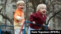 Дети на игровой площадке во дворе жилого дома в Алматы. Иллюстративное фото.