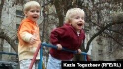 Алматы аулаларының бірінде ойнап жүрген балалар. (Көрнекі сурет)