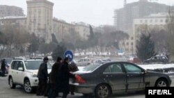 Начавшиеся вечером 25 января снег и метель утром 26-го числа осложнили движение транспорта