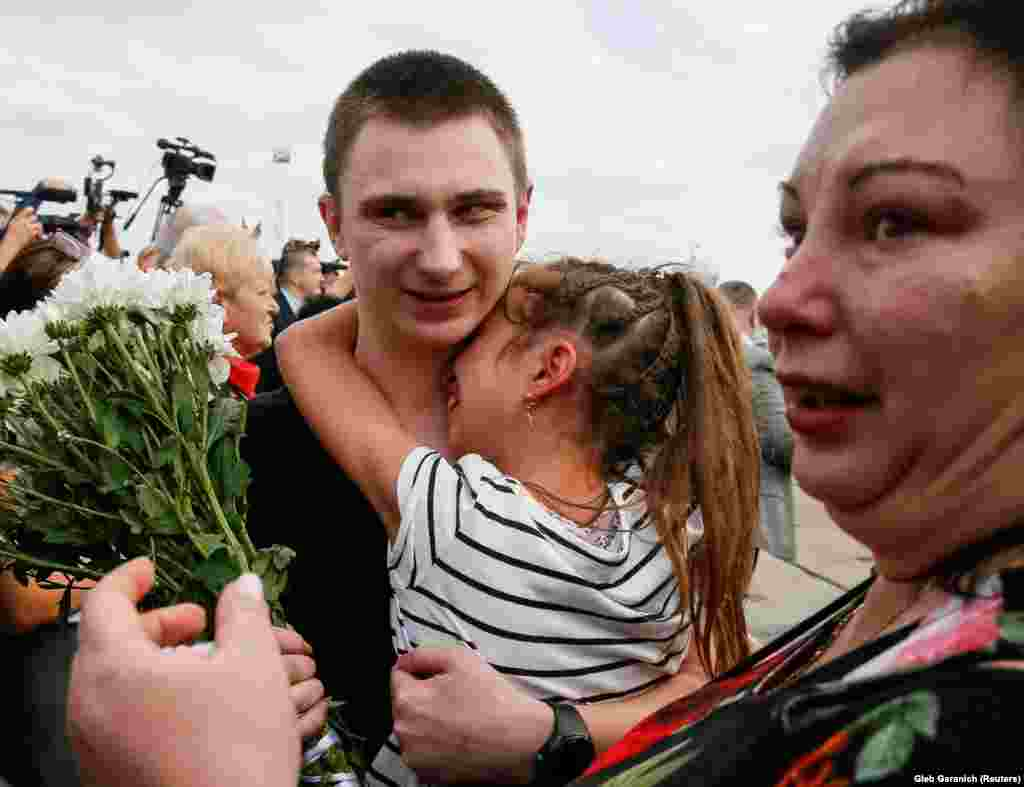 Vyacheslav Zinchenko, a crew member of a Ukrainian naval ship which was seized by Russia's security forces 2018, is greeted by his relatives on arriving in Ukraine.