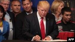 Президент США Дональд Трамп підписує указ «Купуй американське, наймай на роботу американців», 18 квітня 2017 року