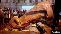 Повалений пам'ятник Леніну в Києві, 8 грудня 2014 року