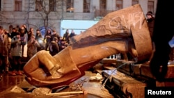 Люди вокруг поверженного памятника Ленину, снесенного участниками протеста за евроинтеграцию Украины. Киев, 8 декабря 2013 года.