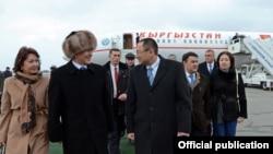 Заместитель премьер-министра, министр здравоохранения Узбекистана Адхам Икрамов встретил в аэропорту президента Кыргызстана Алмазбека Атамбаева и его супругу. Ташкент, 24 декабря 2016 года.