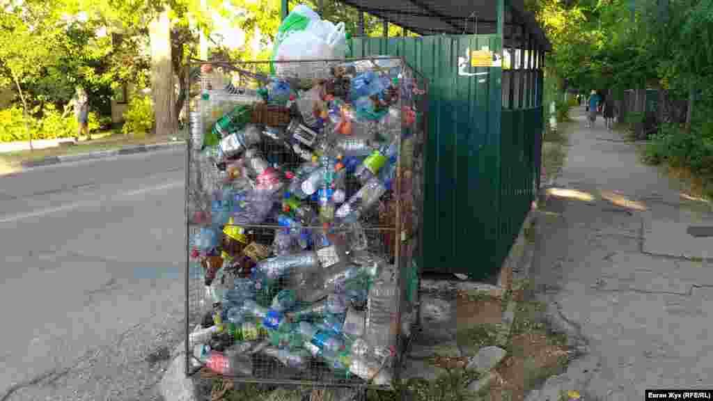 На улице Ивана Голубца переполнен контейнер для пластиковых отходов