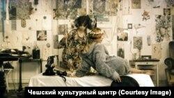 """Кадр из фильма Веры Хитиловой """"Маргаритки"""""""