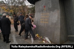 Покладання квітів до пам'ятника генералу Пушкіну