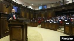 Премьер-министр Никол Пашинян в парламенте (архив)