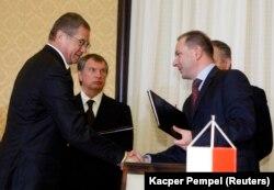 Заступник голови компанії «Газпром» Олександр Медведєв (ліворуч) потискає руку директору PGNiG Міхалу Шубскі після підписання контракту на імпорт газу, жовтень 2010 року