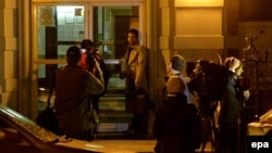 خبرنگاران در اطراف آپارتمان محل زندگی دکتر اسپنسر