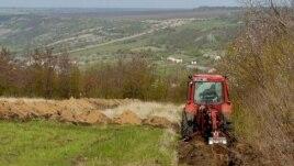 Lucrări de demarcare lângă satul ucrainean Gruşka, pe segmentul transnistrean al frontierei între R.Moldova şi Ucraina. 28 aprilie 2006.