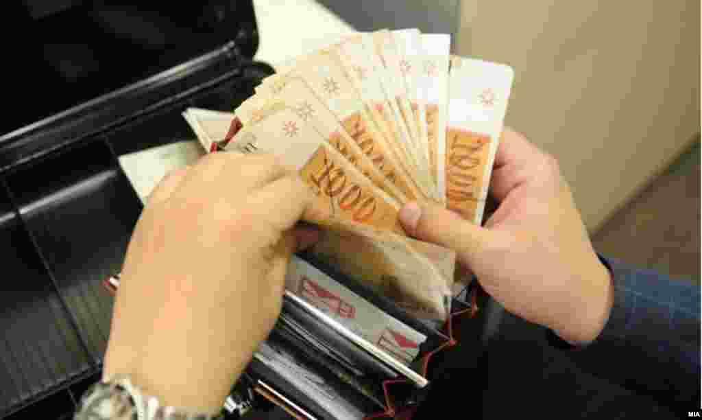 МАКЕДОНИЈА - Првите пари со новото име на државата ќе бидат пуштени во оптек на почетокот на наредната година. Гувернерката на Народната банка Анита Ангеловска-Бежоска денеска изјави дека најпрво ќе бидат пуштени банкнотите од 500 денари, а потоа и оние од 10.