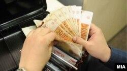 Илустрација. Пари, денари, просечна плата во Македонија.