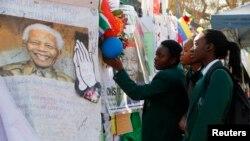 Плакаты с пожеланиями выздоровления перед госпиталем, где проходит лечение Мандела