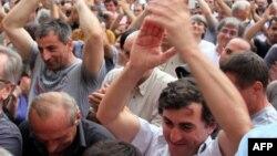Нынешнее обострение ситуации во многом отличается от того, связанного с первыми в истории Абхазии выборами главы государства на альтернативной основе, и все шесть дней кризиса жила надежда на то, что до таких крайностей, как тогда, дело не дойдет