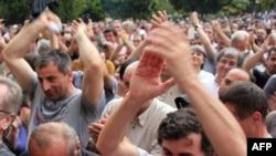 Сторонники оппозиции на митинге в Сухуми