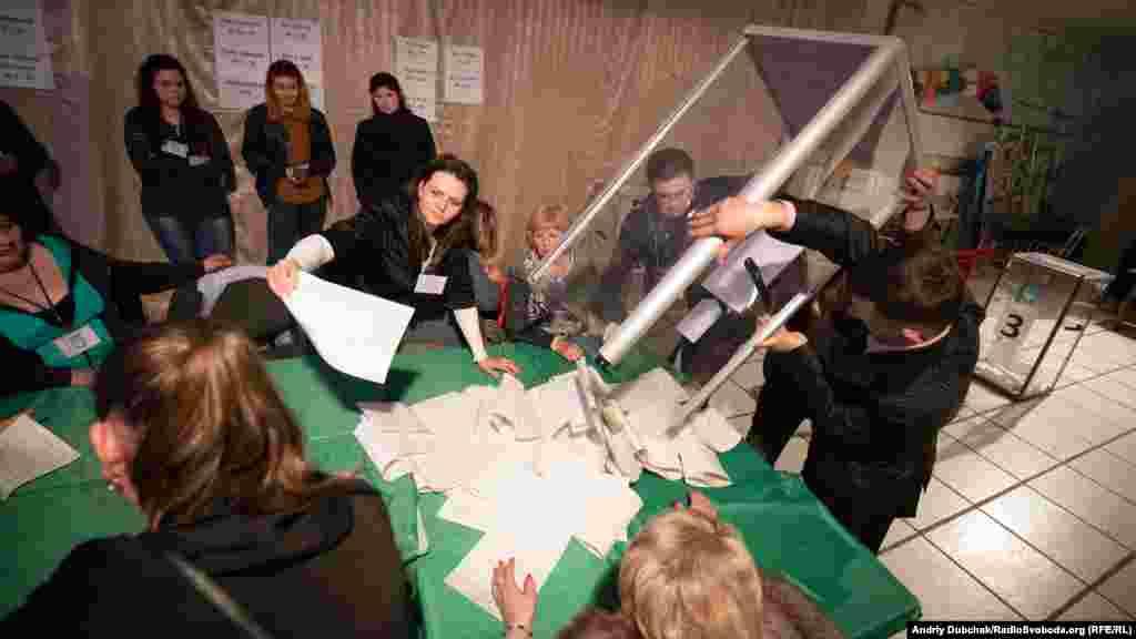 Дільниця, на якій кореспонденти Радіо Свобода спостерігали за підрахунком голосів, розташована у центрі Станиці Луганської. Голова цієї дільниці відзначив низьку явку. Зареєстровано було 1365 виборців, однак проголосувало лише 374 людини
