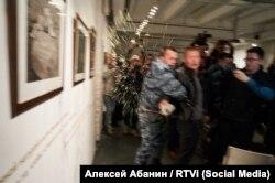Активист СЕРБ Александр Петрунько плескает мочой в журналиста на выставке фотографий Джока Стерджеса