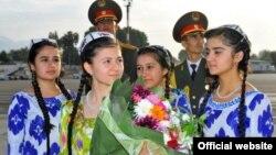 Душанбе, 2013 год. Таджикские дети участвуют в церемонии встречи киргизской правительственной делегации, посетившей Таджикистан