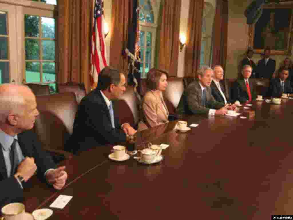 Фінансова криза – у центрі передвиборних перегонів - Кандидати на посаду президента призупинили щераз передвиборну кампанію у зв'язку зі спалахом фінансової кризи у США, яка відтак стала глобальною. У Вашингтоні 25 вересня під головуванням президента США Джорджа Буша відбулося засідання щодо оздоровлення фінансової системи країни. У роботі наради взяли участь лідери Конгресу США та кандидати на президента – демократ Барак Обама і республіканець Джон МакКейн. Відтак, 2 жовтня Сенат США схвалив план фінансового порятунку. Законопроект передбачає, серед інших заходів, надати право Міністерству фінансів витратити загалом до 700 мільярдів доларів для викупу в банків безнадійних іпотечних боргів із метою оживити ринки капіталу. За оновлений текст законопроекту проголосували 74 сенатори, проти були 25. Обидва кандидати на президента, демократ Барак Обама і республіканець Джон МакКейн, голосували «за».